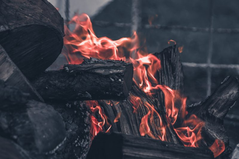 met waterbestendige lucifers zelf vuur maken